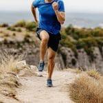 Hombre corriendo por la montaña